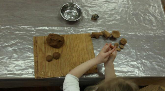 Діти з проблемами зору вчились ліпити трипільські статуетки з глини