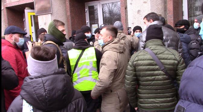 Під час сесії міськради між поліцією та активістами виникла штовханина