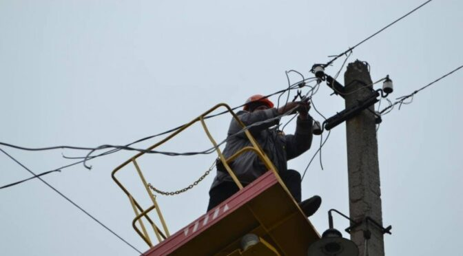 Через сильні пориви вітру 13 населених пунктів області залишилися без електропостачання
