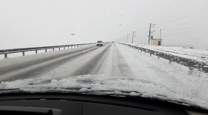 Приміські дороги проїзні, однак рух ускладнений — дорожники не встигають очистити проїзну частину від снігу та льоду