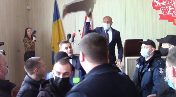 У Черкасах на сесії міськради зчинився скандал між Бондаренком і Кухарчуком