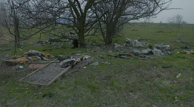 Разом із пролісками у лісі у Південно-Західному районі неподалік «Епіцентру» «виросло» сміття невідомого походження