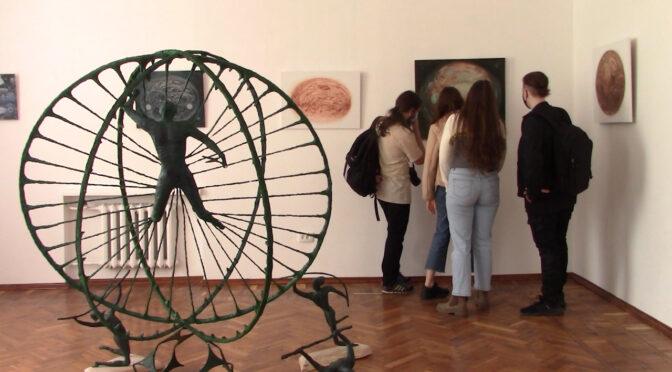 До 9 травня у Черкасах діє виставка артпроєкту «EXIT» Сергія Козаченка та Олександра Дувінського