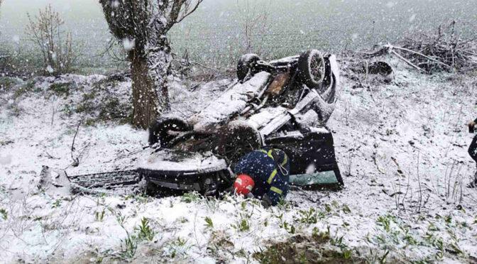 Обережно, сніг! За годину на Черкащині три автівки злетіли у кювет