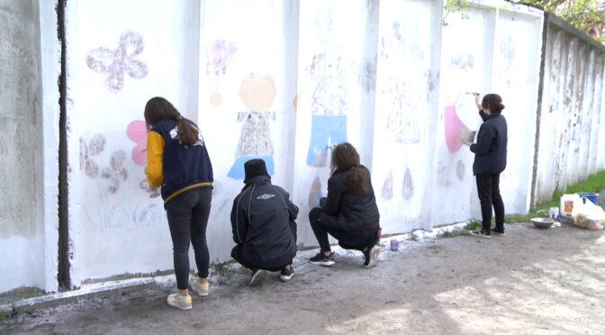 Школярі і студенти почали розмальовувати паркан колишньої військової частини у центрі Сміли