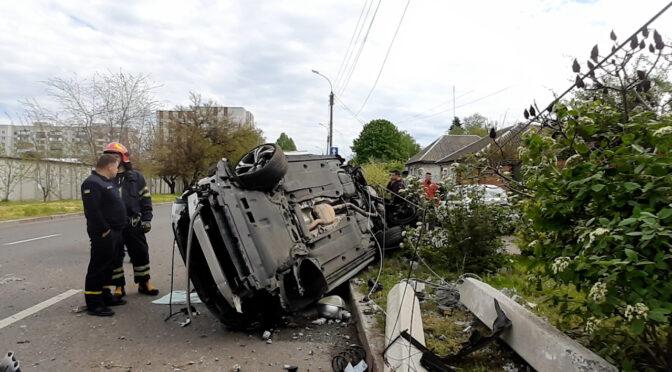 Страшна  ДТП на розі Надпільної та Кобзарської: машини — вщент, люди вижили (відео)