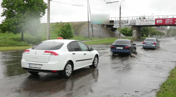 """Внаслідок тривалого дощу на розі вулиць Грушевського та Одеської традиційно утворилось """"море"""""""