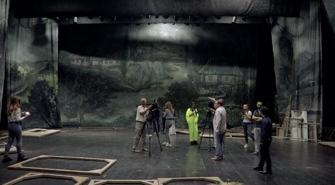 Керівництво драмтеатру ім. Т. Г. Шевченка запросило журналістів, щоб показати їм сцену і тельфери