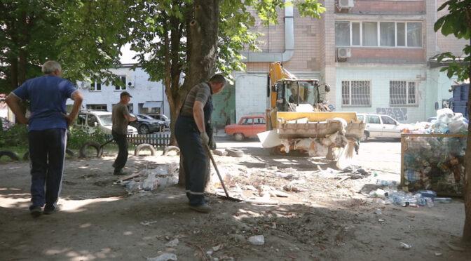 КП «Черкаська служба чистоти» прибирає негабаритне сміття зі сміттєвих майданчиків