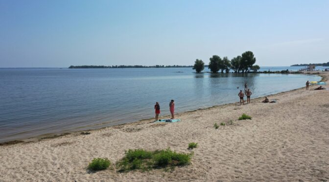 Брудна вода в Дніпрі не лякає відпочивальників на черкаських пляжах