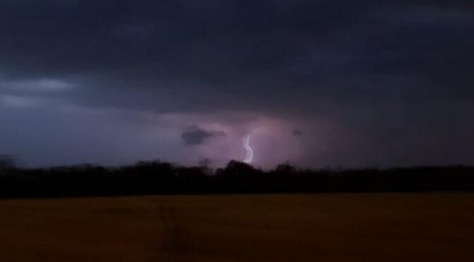 Ввечері 20 липня Смілу накрило дощем із сильними поривами вітру. Сміляни фіксували, як дощова стихія огорнула Смілу