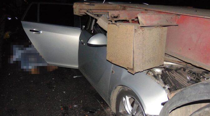 Неподалік Звенигородки легковик в'їхав у напівпричеп вантажного автомобіля «Volvo», який зупинився на світлофорі реверсного руху. 26-річний водій загинув