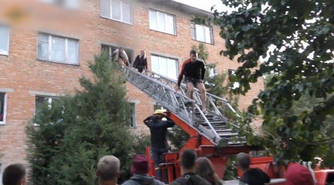 Рятувальники врятували 25 осіб на пожежі в уманському гуртожитку
