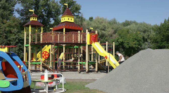 У Долині троянд напередодні Дня міста встановили новий ігровий дитячий майданчик