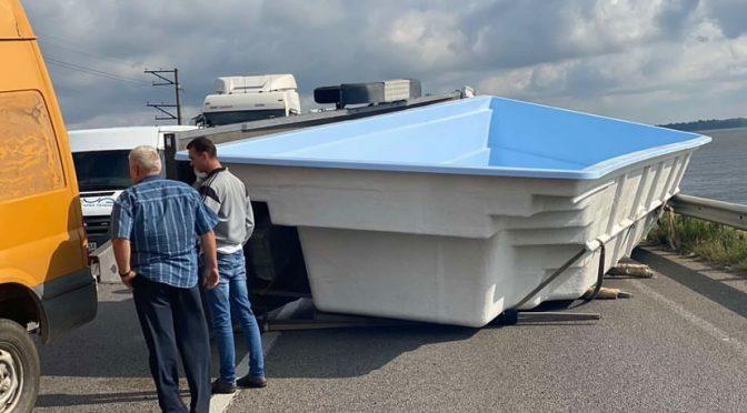 Пластиковий басейн, якого знесло вітром з причепа вантажівки перекрив черкаську дамбу на кілька годин та спричинив багатокілометрові затори