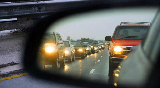 З 1 жовтня водії зобов'язані вмикати фари автомобіля за містом