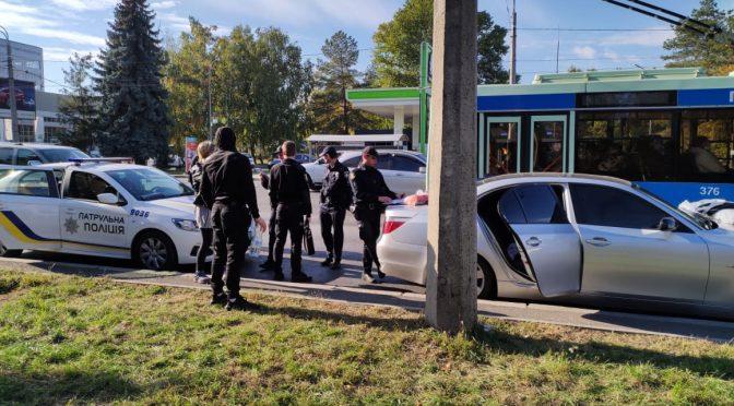 У Черкасах через перевищення швидкості патрульні зупинили автомобіль, але виявилося, що в ньому перевозили «траву» і зброю