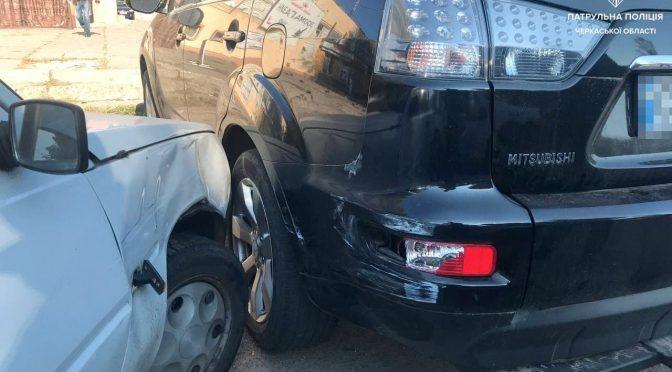 У Черкасах п'яний водій мало не збив пішохода і наїхав на припаркований Outlander