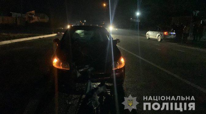 водійка автомобіля Citroen C4, рухаючись населеним пунктом, здійснила наїзд на пішохода. Жінка переходила проїжджу частини дороги у невстановленому місці, на неосвітленій ділянці