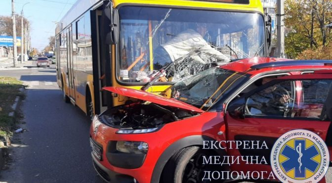 На перехресті Грушевського та Гоголя не розминулися тролейбус та Citroen